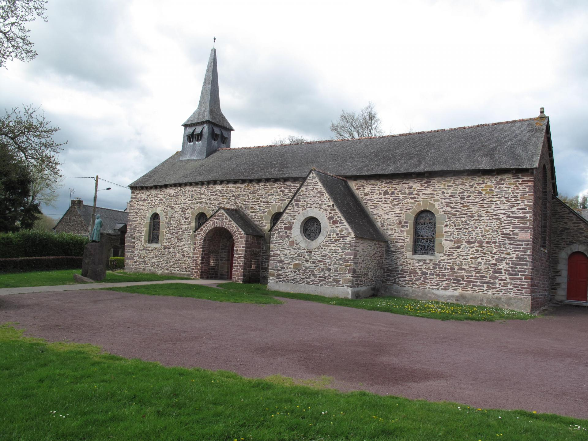 Brocéliande église de Tréhorenteuc , dite du Graal retaurée par l'abbé Gillard